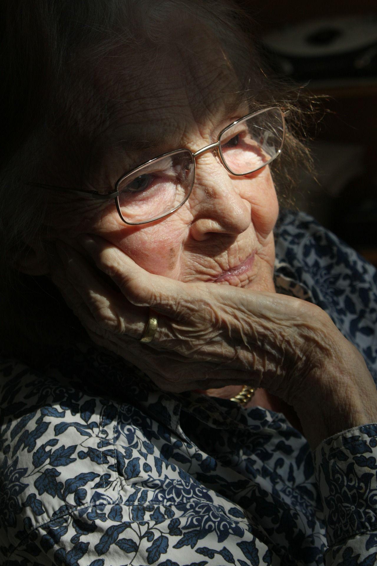 verpleeg oude vrouw